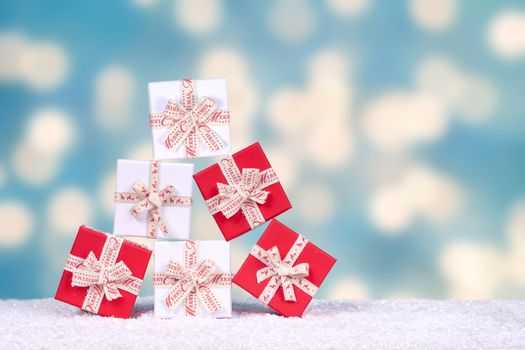 Бесплатные фото подарки,снег,фон,праздник,пирамида,подарочные коробочки