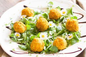 Фото бесплатно салат, соус, мясные шарики