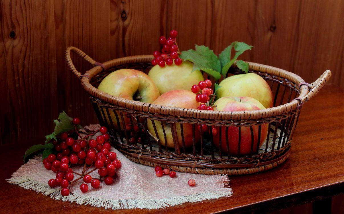 Яблоки в овальной корзинке · бесплатное фото