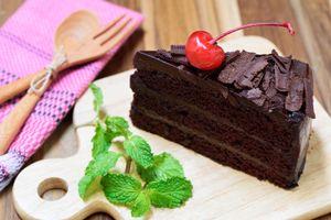 Бесплатные фото пирожное,шоколадное,крем,салфетка,деревянная вилка,ложка