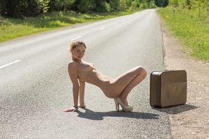 Бесплатные фото Фаина Бона,на открытом воздухе,магистраль,чемодан,голый,сиськи,соски
