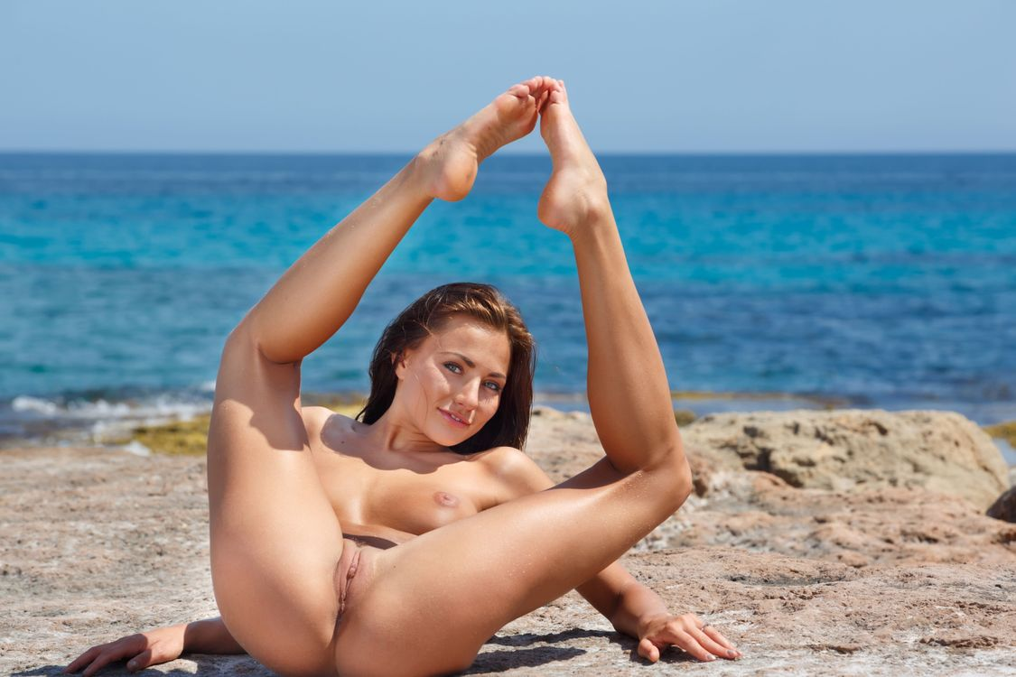 amatuer-black-hot-girl-spreading-pussy-at-beach-brown-pussy-bangin