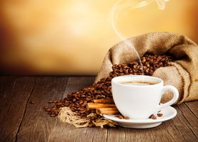 Кофе и мешок с кофейными зёрнами · бесплатное фото