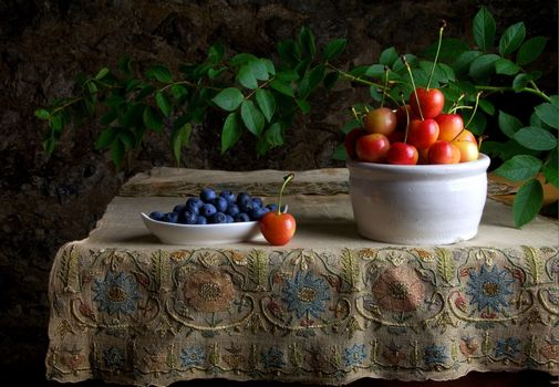 Черника и черешня на столе · бесплатное фото