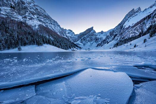 Обои Аппенцелль,Швейцария,Аппенцеллерланд,Айсберг,озеро,лёд,льдины,горы,лес,деревья,сумерки,закат
