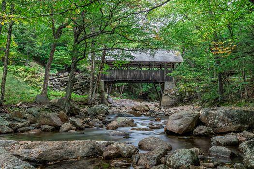 Фото бесплатно Franconia Notch, река, мост, строение, камни, деревья, пейзаж
