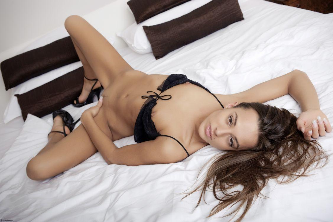 Фото бесплатно dominika, dominika c, dominika chybova, dominika a, большие половые губы, сиськи, киска, кровать, брюнетка, загорелые, эротика