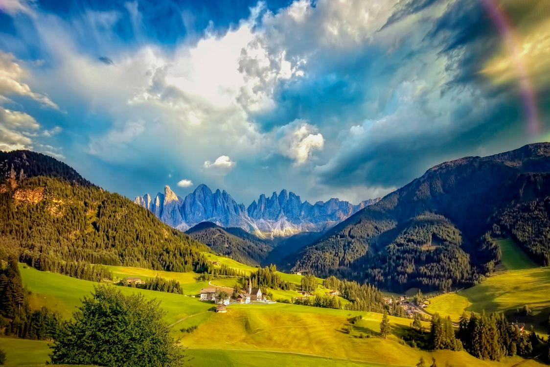 Фото бесплатно Церковь святой Марии Магдалины, летний день, тучи, зелень, Италия, Больцано, Доломитовые Альпы, горы, поля, холмы, деревья, небо, облака, пейзаж, пейзажи - скачать на рабочий стол