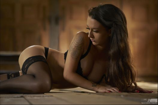 Curvy brown-haired women with tattoo · free photo