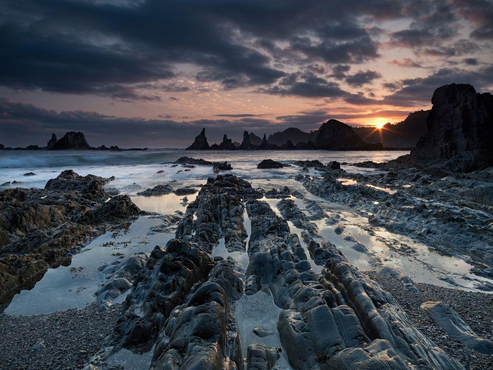 Фото бесплатно закат, море, скалистый берег, скалы, волны, небо, морской пейзаж, пейзажи