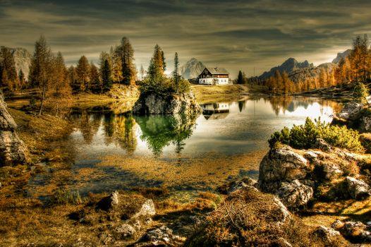 Домик на берегу озера в Италии