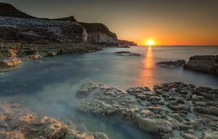 Морской пейзаж с солнцем на горизонте · бесплатное фото