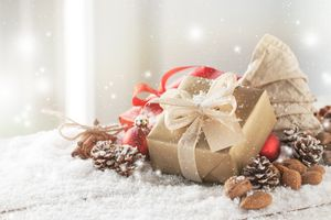 Бесплатные фото фон,обои,праздник,подарки,шишки,снег,коробки