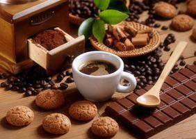 Кофе с печеньками и шоколадкой · бесплатное фото