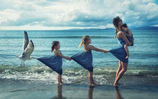 Заставки море,пляж берег,волны,семья,мама,дочки,девочки