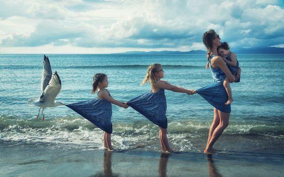 Фото бесплатно море, пляж берег, волны, семья, мама, дочки, девочки, чайка, прицеп, ситуации, art, фотошоп