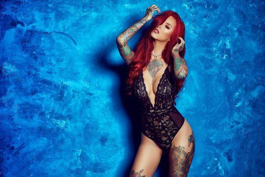 Фото бесплатно Carmina, синий фон, рыжая красавица, сексуальная девушка, татуировка, beauty, сексуальная, молодая, богиня, киска, красотки, модель