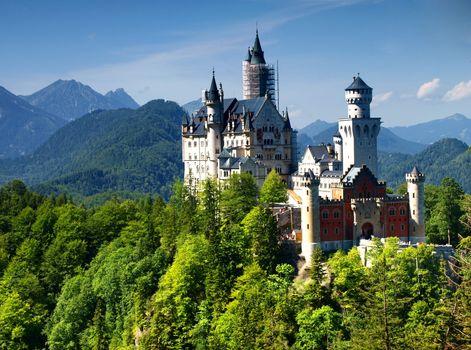 Замок на фоне гор · бесплатное фото