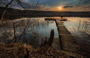 Фото бесплатно закат, озеро, весна, скамейка, человек, осень, мостик, причал, место отдыха, лес, деревья, природа, пейзаж