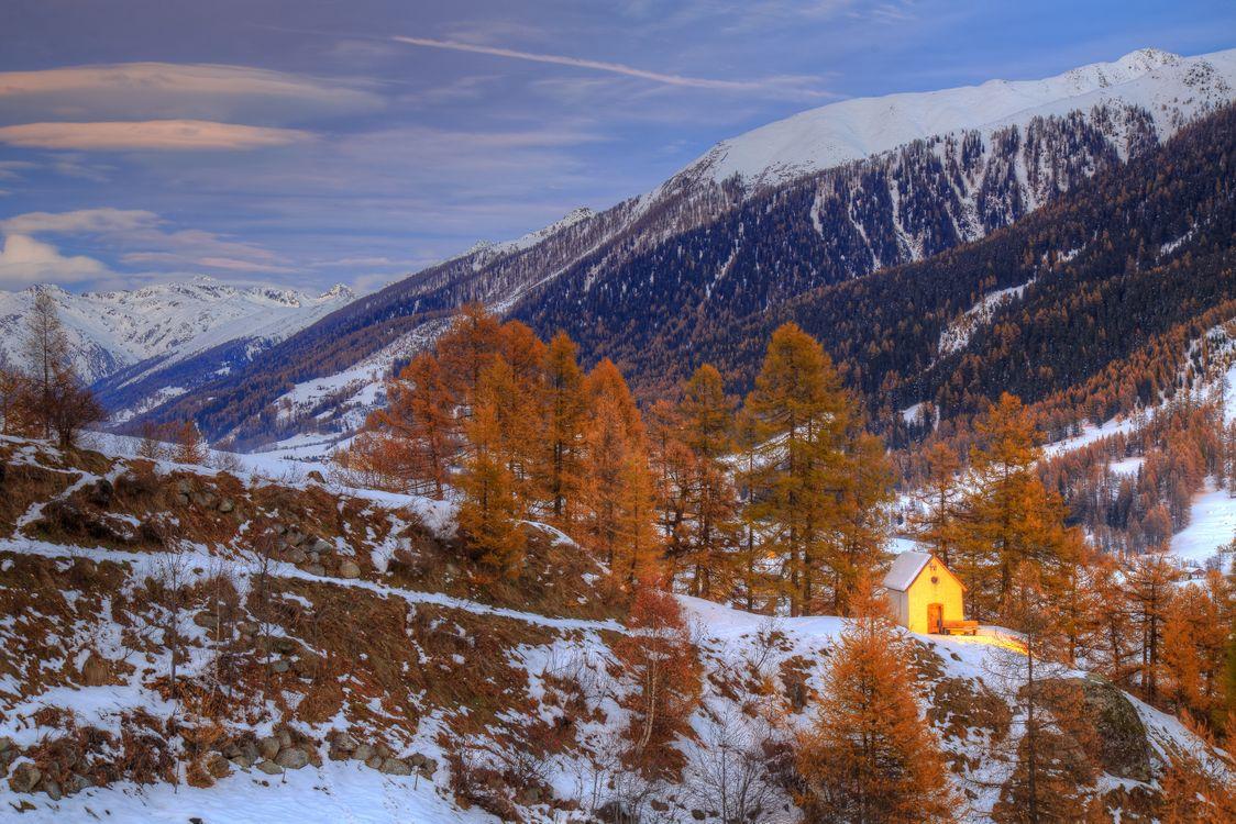 Фото бесплатно горы, деревья, зима, осень, домик, лавочка, природа - на рабочий стол