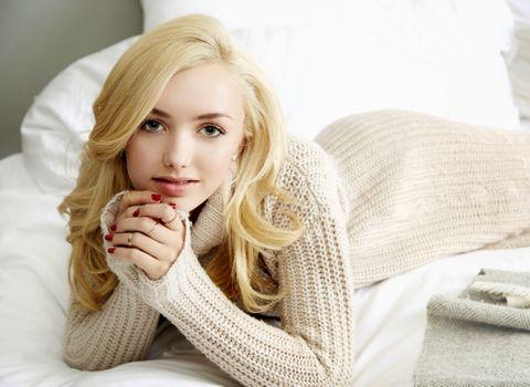 Фото бесплатно Пейтон Лист, блондинка, на кровати