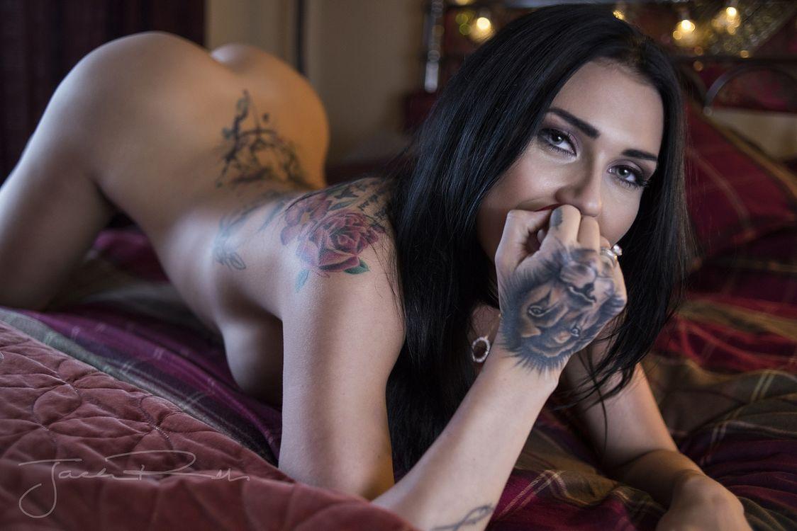 Фото бесплатно girls, pussy, ass, брюнетка, крашенная, татуировки, тату, голая, на кровати, зеленые глаза, секси, отпадная фигура, эротика