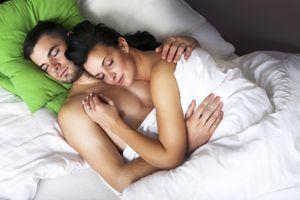 Фото бесплатно девушка, мужчина, одеяло, girl, male, blanke