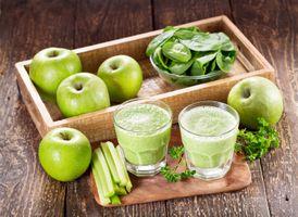 Яблочный сок с зеленью