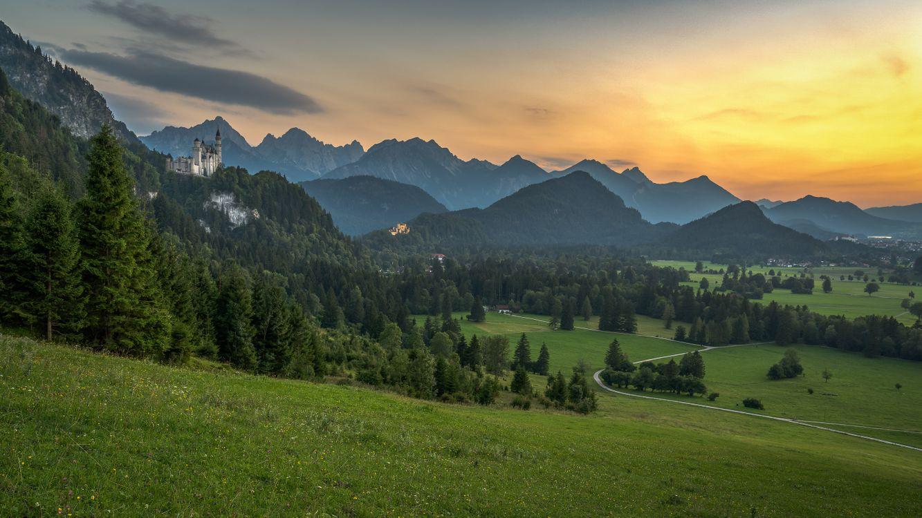 Фото бесплатно замок, Нойшванштайн, Хоэншвангау, Германия, Бавария, Альпы, горы, поля, холмы, деревья, закат солнца, тропинка, дорога, природа, пейзаж, пейзажи
