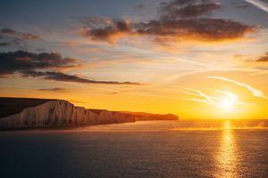 Скальная гряда и яркое солнце · бесплатное фото