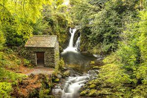 Каменная избушка в лесу · бесплатное фото