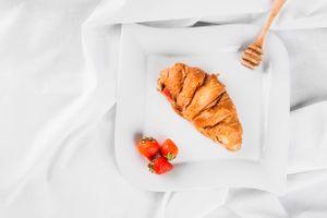 Фото бесплатно ягоды, булочка, завтрак