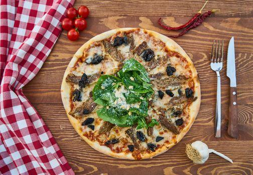 Элегантная подача пиццы · бесплатное фото