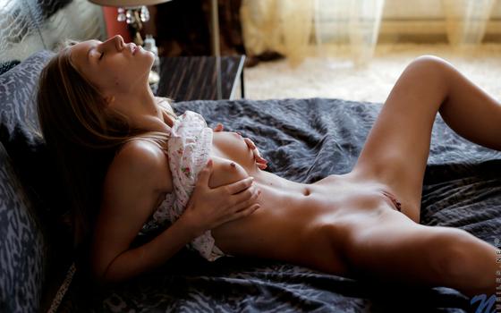 Бесплатные фото Анжелика,Эбби,стояночный,бритая киска,секси,лежа,Кристал Бойд,разводя ноги,сиськи,половые губы,киска,брюнетка