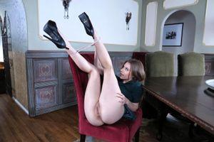 Бесплатные фото anya olsen,модель,платье,ноги вверх,ноги,киска,бритая киска