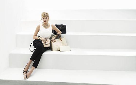 Заставки Кейт Аптон, на белых ступеньках, бизнес-леди