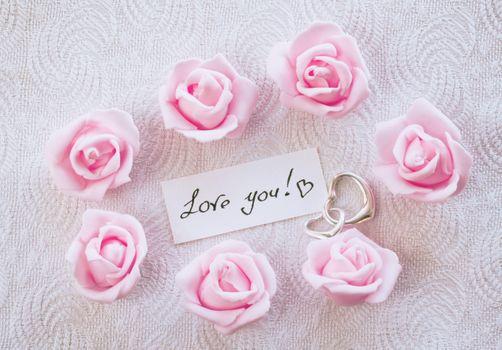Записка с надписью Я люблю тебя!