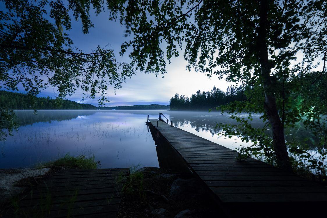 Фото бесплатно сумерки, закат, озеро, причал, мостик, деревья, пейзаж, пейзажи