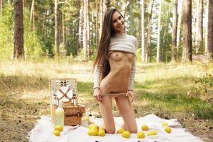 Бесплатные фото Леона МИА,милая,брюнетка,лес,эротика,длинные волосы,на открытом воздухе