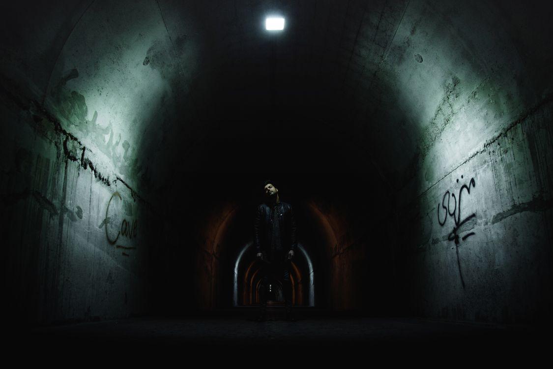 Обои тоннель, мужчина, темно, ночь, городская, улица картинки на телефон