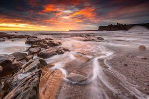 Камни, маяк и руины · бесплатное фото