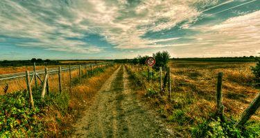 Заставки поле, дорога, дорожный знак забор, ограждение, небо, облака, пейзаж