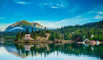 Фото бесплатно Red House, Halibut Cove, Alaska, горы, водоём, лес деревья, домик, природа, пейзаж