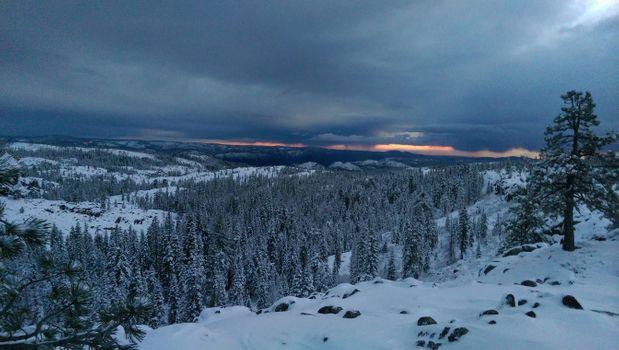 Заставки Снег в предгорьях Сьерра-Невады,зима,снег,закат,лес,деревья,сумерки,горы,холмы,пейзаж