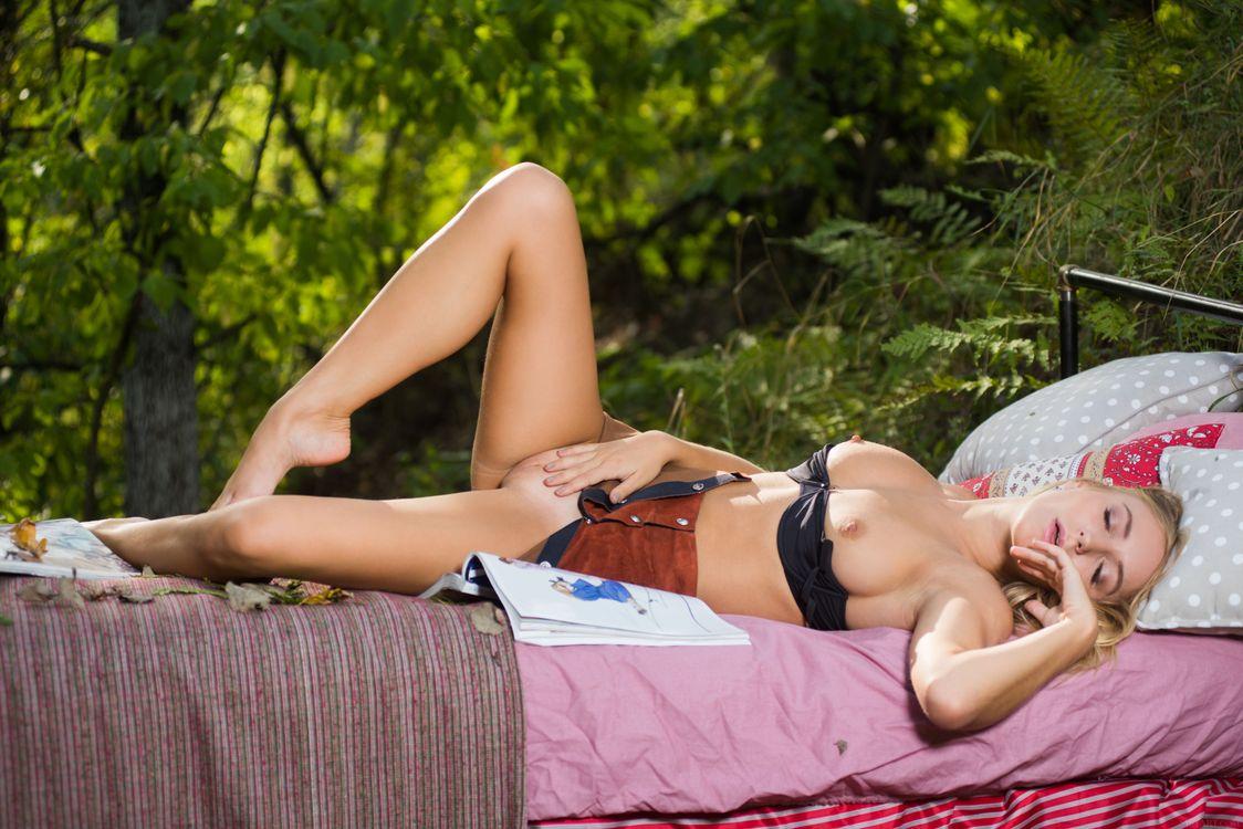 Фото бесплатно aislin, блондинка, на открытом воздухе, кровать, голая, бюстгальтер, сиськи, бритая киска, раздвижные ноги, ультра-привет-q, эротика