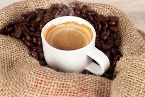 Кофе в мешковине · бесплатное фото