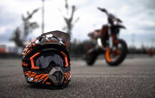 Мотоциклетный шлем на асфальте