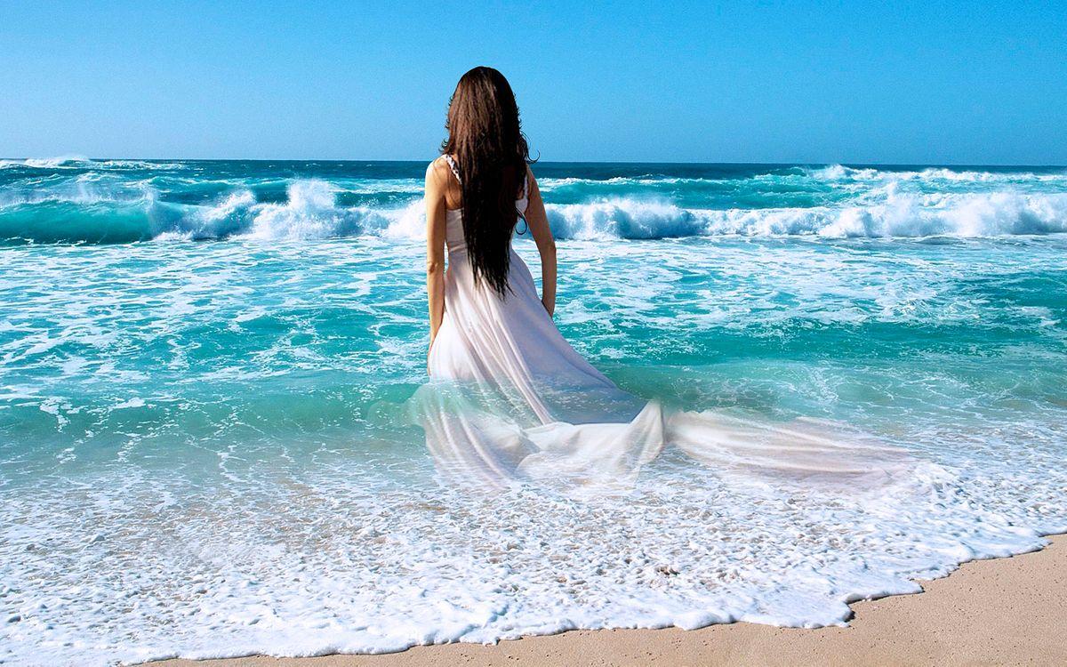 Фото бесплатно море, волны, берег, пляж, девушка, девушка в платье, красивая девушка, девушки