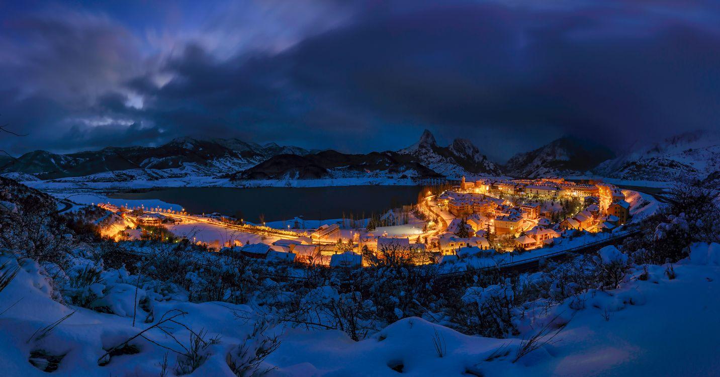 Фото бесплатно ночь, город, Риано, Рианьо, Леон, Испания, горы, озеро, дома, сумерки, пейзаж, зима, панорама, город
