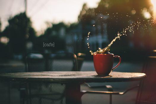 Кофе на столике в кафешке · бесплатное фото